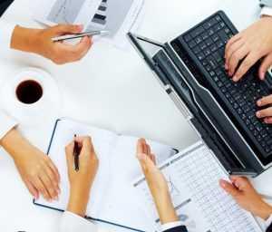 На фото команда специалистов маркетинговой компании проводят технический аудит и анализ сайта заказчика.